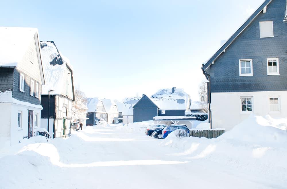 Hellenstraße im Winter (rechts: Haus Quick)