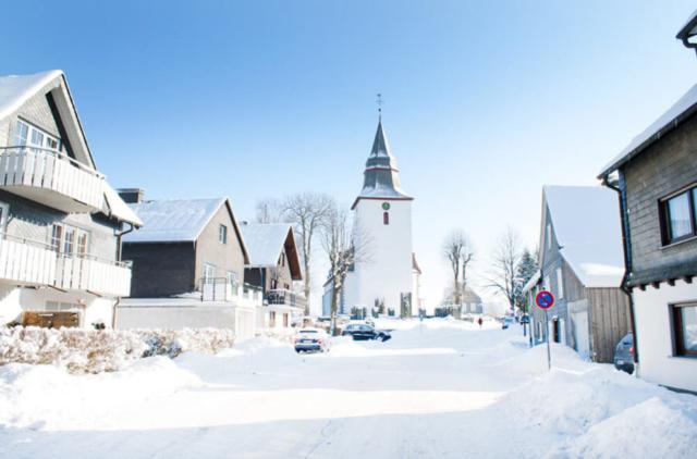 Kirchstraße im Winter (links: Haus Quick)